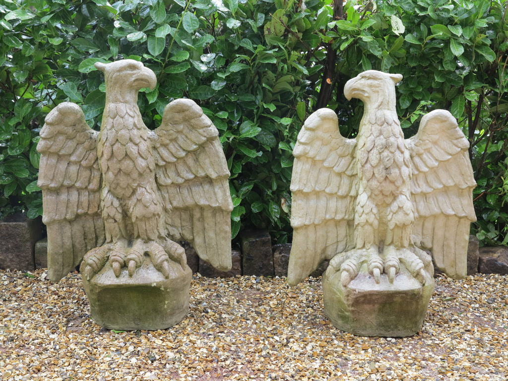 This pair of reconstituted stone Chilstone gate pier caps make a fabulous addition to your property, suitable as a decorative item or as gate pier capping